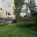 Hausgarten mit Natursteinstufen und -Mauern
