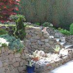kleiner Hanggarten mit Bruchsteinmauer